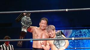 64歳で新王者になった藤波(左)は満面の笑みで喜びを表した(右は田村)