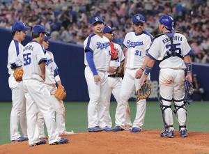 9回1死満塁、関根に走者一掃の三塁打を打たれ降板する田島(中央)