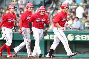 9回1死、満塁本塁打を放ち生還した鈴木(右端)と、出迎えた(左から)菊池、堂林、丸