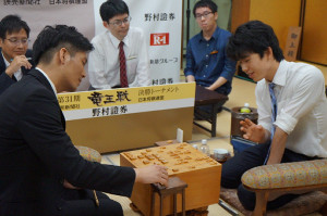 終局後の感想戦で、都成竜馬五段(左)と対局を振り返る藤井聡太七段