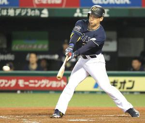 5回2死一三塁、中前適時打を放った吉田正(カメラ・清水 武)