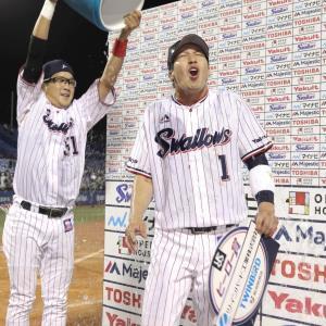 9回1死一、二塁、左中間スタンドにサヨナラ16号3ラン本塁打を放った山田哲(右)はお立ち台で藤井から祝福の氷水をかけられる