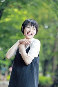とびっきりの笑顔を見せる本西彩希帆(カメラ・小泉 洋樹)