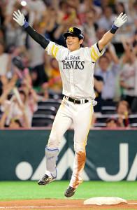 9回2死一、三塁、左中間へサヨナラ適時2点三塁打を放ち、飛び上がって喜びを爆発させる上林