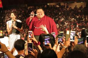 大相撲展でトークショーをした千代丸(右)はファンから熱烈歓迎