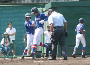 横浜高校との練習試合で左越え2ランを放ち、生還する花咲徳栄・井上