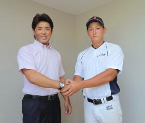 練習試合を終え、法大の後輩でもある中山翔太(右)と握手を交わした侍ジャパン・稲葉篤紀監督