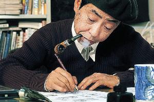 パイプをくわえながら漫画を描く藤子・F・不二雄さん(写真提供/藤子プロ)