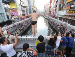 道頓堀川にダイブする日本サポーター