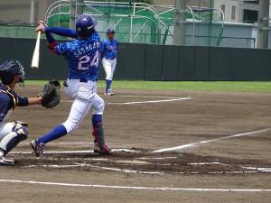 東京六大学選抜戦で初回に左越えソロを放つ東京ガス・笹川