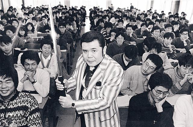 代ゼミ講師時代には授業中に日本刀を持つパフォーマンスをした「金ピカ先生」こと佐藤忠志