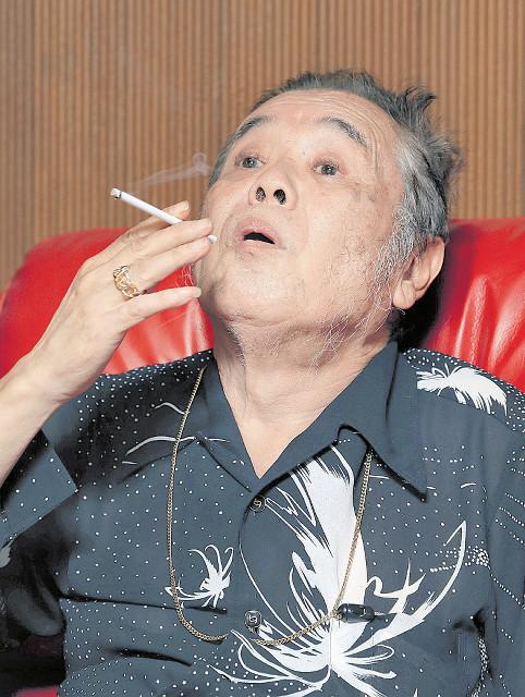 コワモテの容姿と奇抜なファッションで人気だった金ピカ先生。現在は朝からビールの日々。たばこをおいしそうに吸った(都内の自宅で=カメラ・相川 和寛)