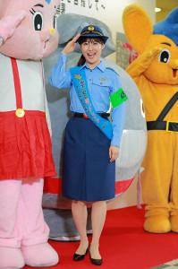 制服姿でイベントに登場し敬礼する瀧本美織