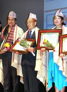 ネパール社会貢献者表彰式で故・田部井淳子さんに代わって出席した田部井政伸さん