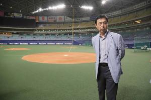 道具運搬車到着遅延のため試合が中止となり、私服姿で投手練習を視察した小川監督