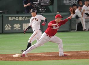 3回2死、遊ゴロで一塁を駆け抜ける田中俊。セーフの判定もビデオ判定で覆りアウトとなった(右は新井)