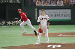 4回無死、鈴木(左)に先制の12号ソロを打たれ打球を見送る内海(カメラ・池内 雅彦