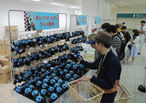 特設会場で、オジュウチョウサングッズを買い求める競馬ファン
