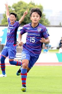 前半、同点ゴールを決めたF東京U―23・久保(右)(カメラ・清水 武)