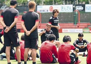 練習後、選手を集めて話すペトロヴィッチ監督(中央)