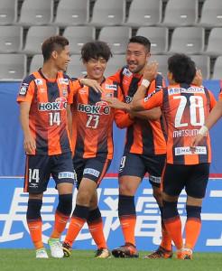 前半9分に先制ゴールを決め、笑顔を見せる長野・堂安憂(左から2人目)