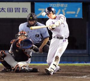 5回2死一塁、山田哲が左越え同点2ランを放つ