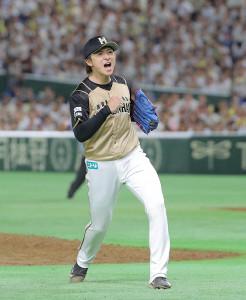 6回1死一、二塁、デスパイネを併殺に仕留めガッポーズの上沢(カメラ・森田 俊弥)