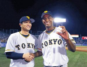 プロ初登板、初先発で勝利したメルセデス(右)はウィニングボールを手に高橋監督と並んで笑顔を見せる(カメラ・矢口 亨)