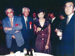 映画公開後のパーティーで談笑する(左から)渡辺淳一さん、岡田茂さん(当時東映社長)、黒木瞳、原正人プロデューサー