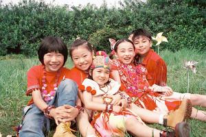 米津玄師のプロデュース曲「パプリカ」を歌う小学生の男女5人ユニット「Foorin」の(左から)たける、りりこ、ちせ、もえの、ひゅう