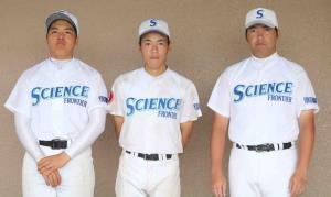 横浜サイエンスフロンティア・左から先発した1年の加藤佑典、杉崎勇介主将、千葉裕介監督