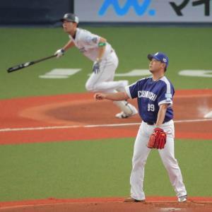 1回無死、先制ソロを秋山(左)に許した松坂(カメラ・石田 順平)