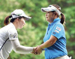 ホールアウト後、石川明日香(左)と握手する東浩子