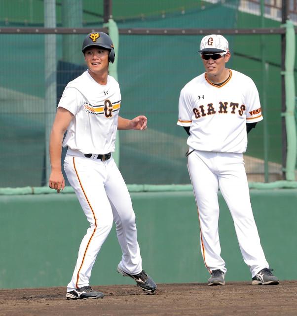 1軍に合流し、走塁練習に汗を流した石川(左、右は井端コーチ)