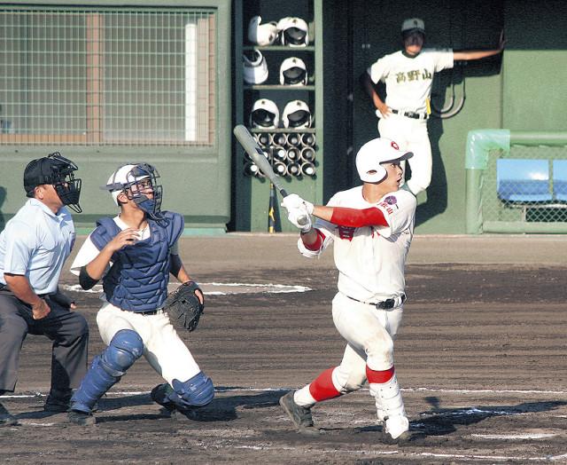 2回、智弁和歌山・林が左中間に適時二塁打を放つ(カメラ・伊井 亮一)