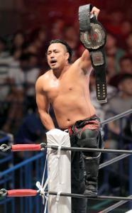 SANADAに勝利し、ベルトを掲げる後藤洋央紀(カメラ・相川 和寛)