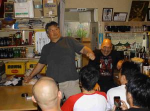再会トークショーで武勇伝を繰り広げた前田日明氏(左)とキラー・カン氏