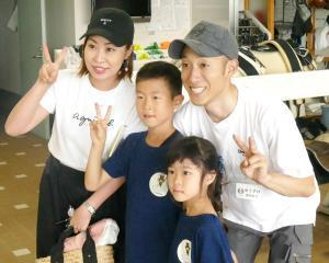 自身主催のイベントで子供たちと触れ合う藤岡佑(右)