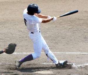 2回1死一、二塁、左越えに3ランを放つ天理・太田