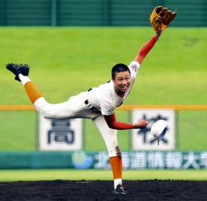 帽子を飛ばしながら力投する北海道栄・才木