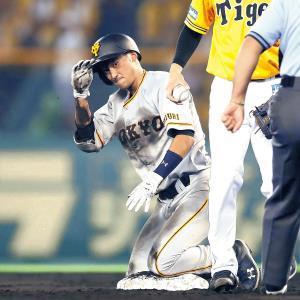 5回1死一塁、左前打とナバーロのファンブルで二塁へ滑り込んだ吉川尚。顔に泥をつけるほど気迫のこもったヘッドスライディングをみせた(カメラ・矢口 亨)