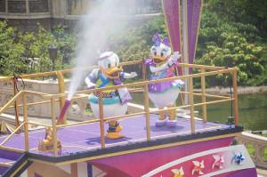 TDLディズニー夏祭り「燦水!サマービート」で水をまくドナルド(左)&デイジー(C)Disney