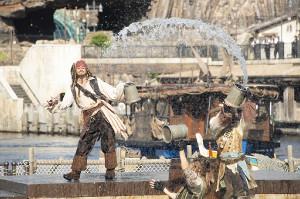 """TDS「パイレーツ・サマーバトル""""ゲット・ウェット!""""」で水合戦を繰り広げるジャック・スパロウ(左)(C)Disney"""