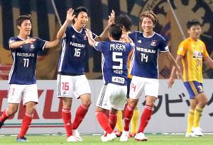 前半、横浜M・伊藤(左から2人目)がチーム4点目のゴールを決める