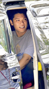 ジャイアンツ球場内施設での調整を終え、帰りの車に乗り込む坂本勇