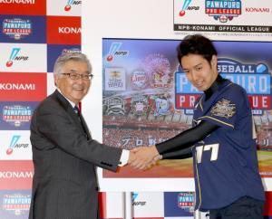 記者発表イベントでマエピー選手(右)と握手するNPB斉藤惇コミッショナー