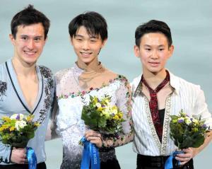 ソチ五輪フィギュアスケート男子FP 笑顔で写真に納まる(左から)パトリック・チャン、羽生結弦、デニス・テン