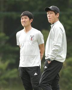 次期日本代表監督就任が決定的となった森保氏(右は西野監督)