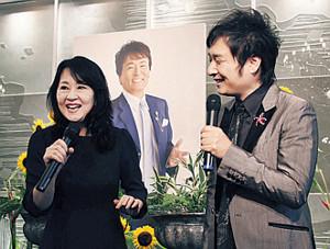 笑顔の平尾さんを背に「カナダからの手紙」を歌う畑中葉子と松原健之