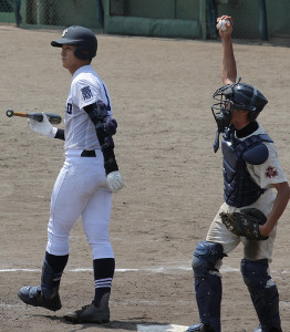 三振に倒れ、最後の打者となった富山商・沢田(左)
